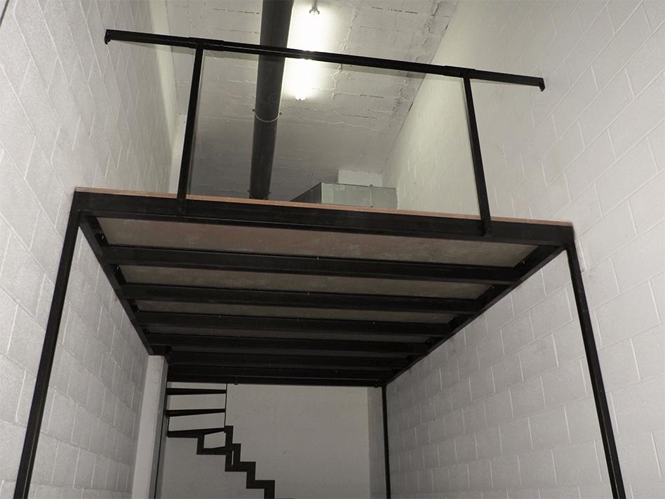 Entreplanta para garaje con escalera y barandilla de - Barandillas de seguridad para escaleras ...