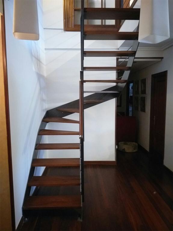 Escalera modelo gernika met lica y con pasamanos de madera - Escaleras de peldanos ...